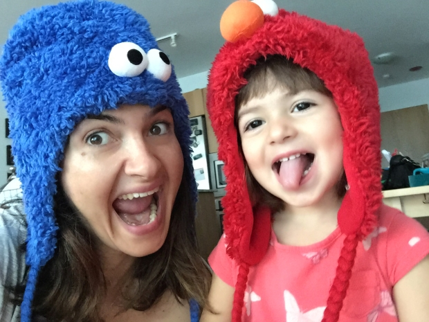 Mommy Cookie Monster e Valentina Elmo em uma manhã qualquer.
