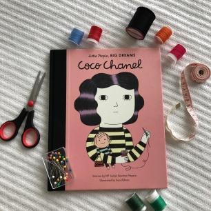 """Capa de """"Coco Chanel"""" em inglês."""